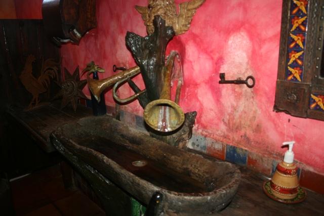 the bathroom at El Mesond